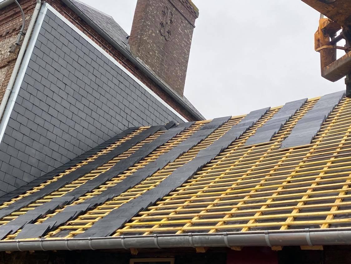 Rénovation d'une toiture en ardoise naturel D'Espagne 40x22 sur une habitation en Normandie ...